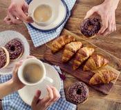 Руки завтрака держа чашки кофе Стоковые Изображения