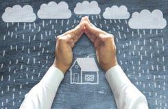 Руки защищая дом - концепцию страхования стоковое фото rf