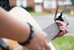Руки играя гитару outdoors Стоковое фото RF
