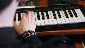 Руки играя на клавиатуре midi рояля в студии музыки Процесс музыки составляя Композитор удара попа создавая новую песню для альбо сток-видео