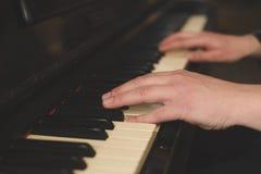 Руки играя рояль (конец-вверх) с фильтром instagram oldschool винтажным Стоковое Фото