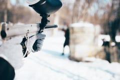 Руки игрока пейнтбола с оружием отметки Стоковые Фото