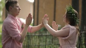 Руки игры девушки Гая сток-видео