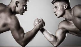 Руки или оружия человека рука мышечная руки 2 Мышечные люди измеряя силы, оружие против людей предпосылки рукоятки принятых белый стоковые фотографии rf