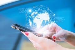 Руки используя коммерческие информации дисплея прибора телефона Передвижное Techn стоковая фотография rf