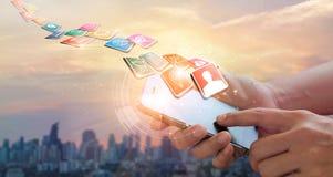 Руки используя мобильные оплаты, маркетинг цифров Сеть банка E стоковая фотография