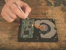 Руки исправляя трудный привод на столе Стоковое Изображение