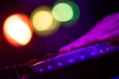 Руки и диск-жокей пальца на turntable dj играют на ночном клубе Стоковая Фотография RF