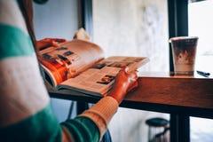 Руки и книги прочитали книги в свободном времени Для новостей к Enhanc стоковое изображение