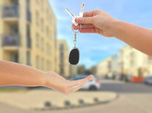 2 руки и ключ Стоковые Фотографии RF