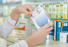 Руки и медицина аптекаря Стоковые Фотографии RF