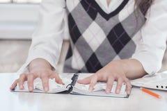 Руки и дневник Стоковое Фото