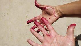Руки и пальцы покрасили красный стоковая фотография