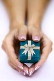 Руки и подарок Стоковые Изображения RF