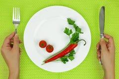 Руки и плита с овощами стоковое изображение rf