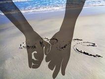 Руки и пляж любовников Стоковая Фотография
