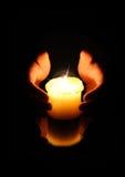 Руки и свеча стоковая фотография