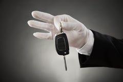 Руки кельнера держа ключ автомобиля Стоковые Изображения RF