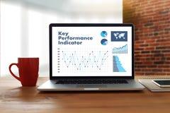 Руки команды дела акронима KPI (индикатора ключевой производительности) на w Стоковое Изображение