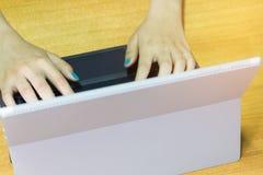 Руки коммерсантки работая на современном портативном компьютере Стоковое Изображение