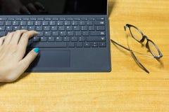 Руки коммерсантки работая на современном портативном компьютере Стоковые Фотографии RF
