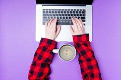 Руки коммерсантки с компьтер-книжкой и чашкой кофе Стоковые Изображения