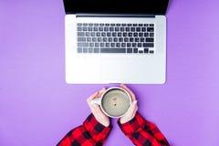 Руки коммерсантки с компьтер-книжкой и чашкой кофе Стоковое фото RF