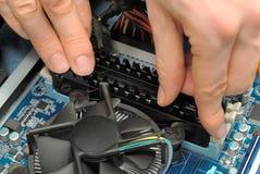 руки компьютера устанавливая части Стоковые Фотографии RF