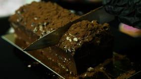 Руки кондитера в десерт шоколада частей вкусный в части акции видеоматериалы