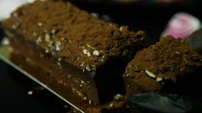 Руки кондитера отрезали с десертом шоколада большого ножа вкусным в части видеоматериал