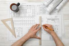 Руки конца-вверх архитектора пока работающ процесс с правителем сантиметра Стоковое Фото