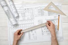 Руки конца-вверх архитектора пока работающ процесс с правителем сантиметра Стоковые Фото