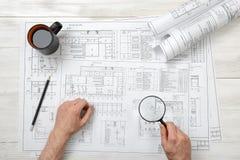 Руки конца-вверх архитектора пока работающ процесс с лупой Стоковая Фотография RF