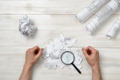 Руки конца-вверх архитектора пока работающ процесс с лупой Стоковое Изображение