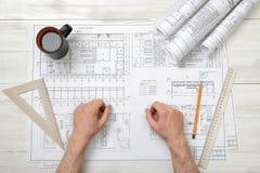 Руки конца-вверх архитектора работая с чертежом Стоковое Изображение