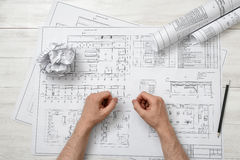 Руки конца-вверх архитектора работая с чертежом Стоковое фото RF