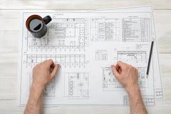Руки конца-вверх архитектора работая с чертежом Стоковое Фото