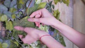 Руки конца-вверх девушки: украшать цветет с ветвью зеленого евкалипта стоковое изображение rf