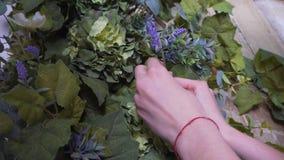 Руки конца-вверх оформителя флориста, девушка украшают photozone стоковое фото rf