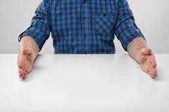 Руки конца-вверх человека в формировать рамку для того чтобы показать большой размер Стоковое Изображение RF