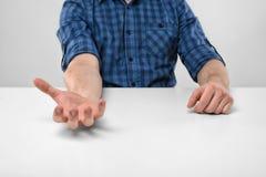 Руки конца-вверх человека держа что-то в его ладони Стоковые Фото