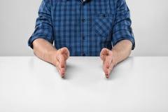 Руки конца-вверх человека показывая малому размеру что-то Стоковые Фото