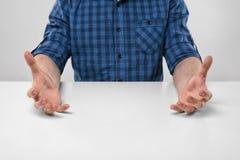 Руки конца-вверх человека показывая размер Стоковая Фотография