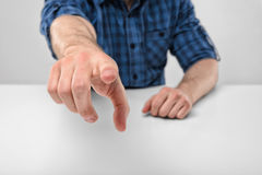 Руки конца-вверх человека указывая на телезрителя Стоковое Фото