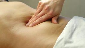 Руки конца-вверх masseur подбрюшный массаж, массаж внутренних органов 4K сток-видео