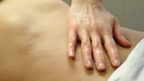 Руки конца-вверх masseur подбрюшный массаж, массаж внутренних органов 4K акции видеоматериалы