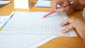 Руки концепции учета таблицы номера чтения женщины работая видеоматериал