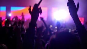 Руки концерта трясут видеоматериал