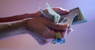 Руки которые подсчитывают доллары акции видеоматериалы