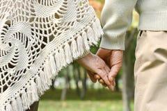 Руки, который держат совместно Стоковые Изображения